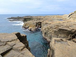 平らな巨岩が広がる海と断崖に挟まれた絶景「入間千畳敷」静岡県南伊豆町